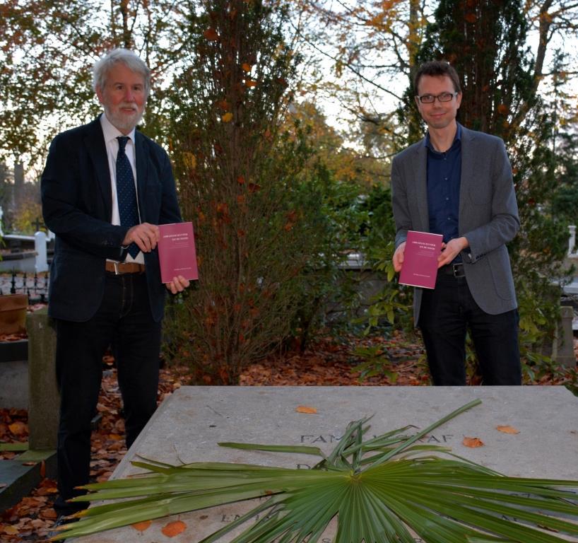 Bert Lever (links) en Ab Flipse na het leggen van de palmtak met in hun hand de publicatie