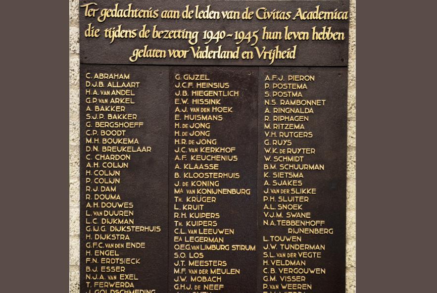 De plaquette met namen van de gevallenen in de Tweede Wereldoorlog in het VU-hoofdgebouw (Fotocollectie Protestants Erfgoed | HDC, VU)