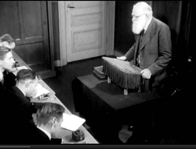 A. Goslinga geeft college, jaren vijftig. Still uit de film 'Als een schoon boek. Een filmreportage van de Vrije Universiteit' (1953)