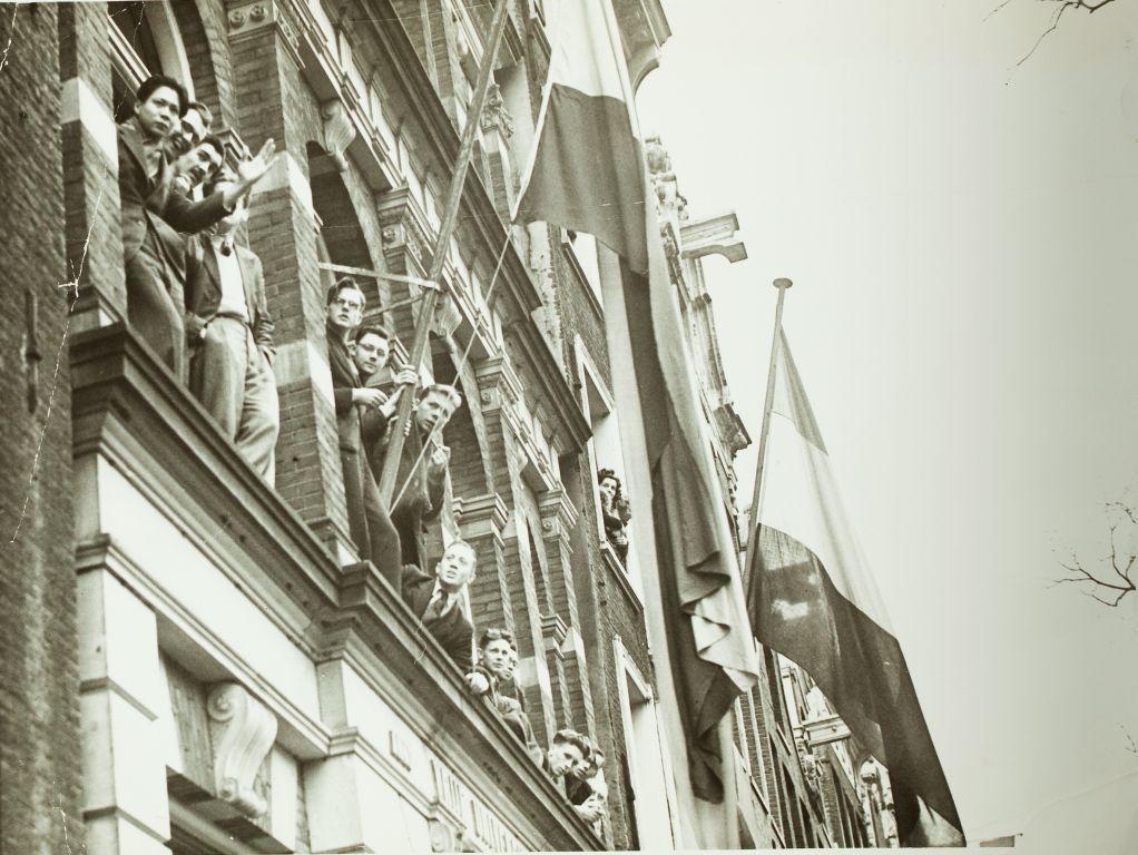 De vlag uit bij het Universiteitsgebouw, Keizersgracht 162, augustus 1948 bij het bezoek van koningin Wilhelmina.